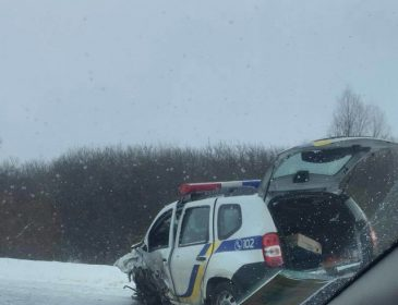 """""""На """"швидкій"""" відвезли в лікарню"""": Автомобіль поліції зіткнувся з фурою"""
