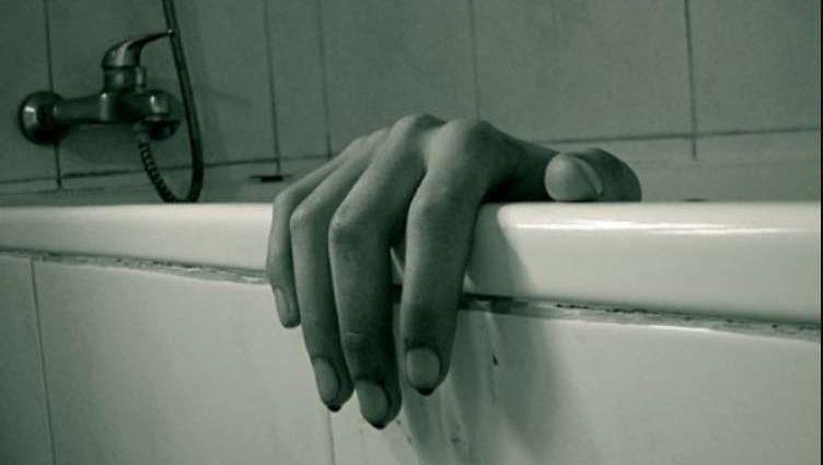 Жорстокий вчинок сколихнув все місто: Троє підлітків втопили у ванній чоловіка, а все через…