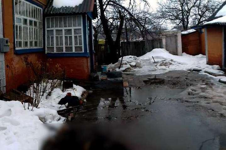 """""""Допомагав розчистити сніг і тією ж лопатою…"""": Чоловік жорстоко розправився з пенсіонеркою"""