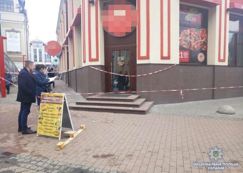 Перерізав собі горло на очах у перехожих: У Києві чоловік покінчив з життям