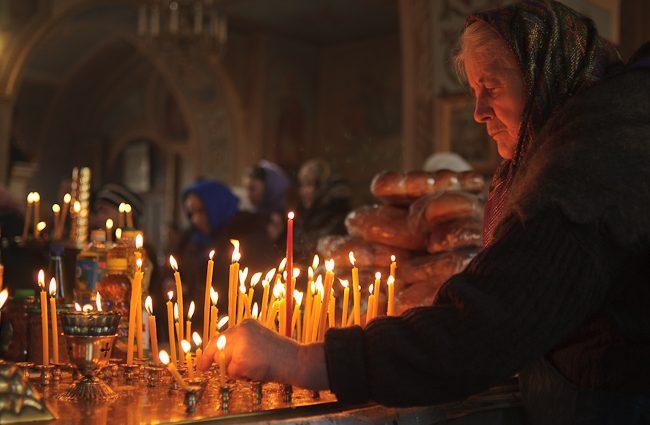 """""""Колись у цей день веселились на кладовищах, а тепер…"""": Чому саме 17 квітня потрібно годувати нужденних і багато молитись"""