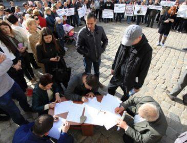 Сотні людей пікетують Львівську мерію: Що відбувається в центрі міста прямо зараз