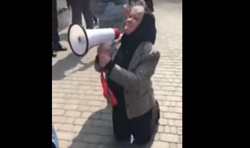 Встала на коліна і благала: Мати вбитої правозахисниці Ноздровської потрясла Україну своїм вчинком
