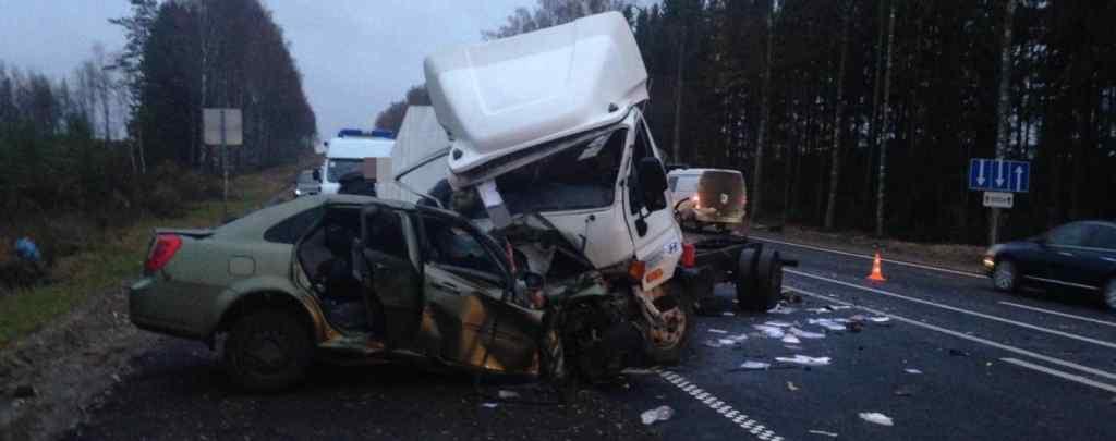 Авто на швидкості влетіло в вантажівку: 9 людей загинуло,7 борються за життя