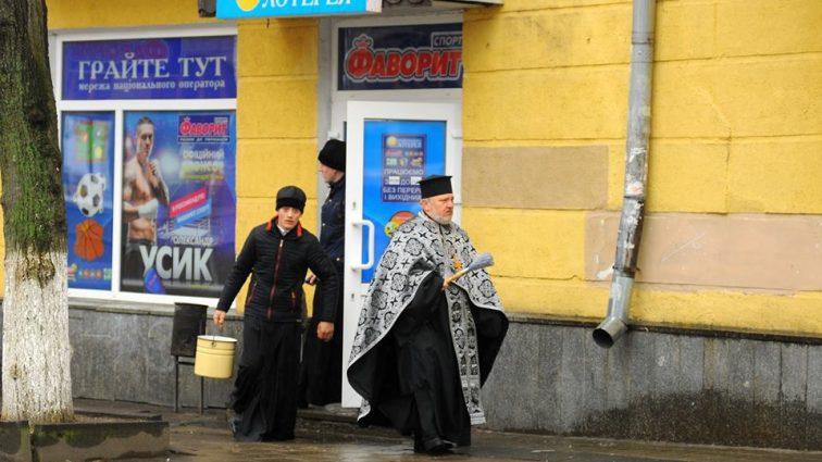 """""""Святе і грішне завжди поруч"""": Українців обурив знімок священиків у лотереї"""