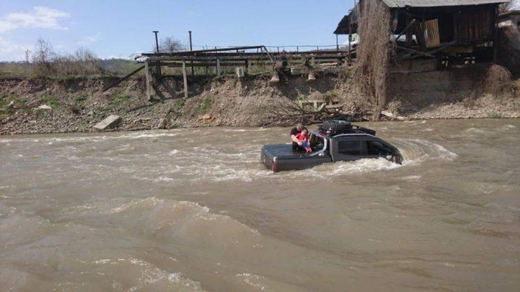 """""""Намагався вимити свій Mercedes"""": У річку знесло автомобіль з людьми"""