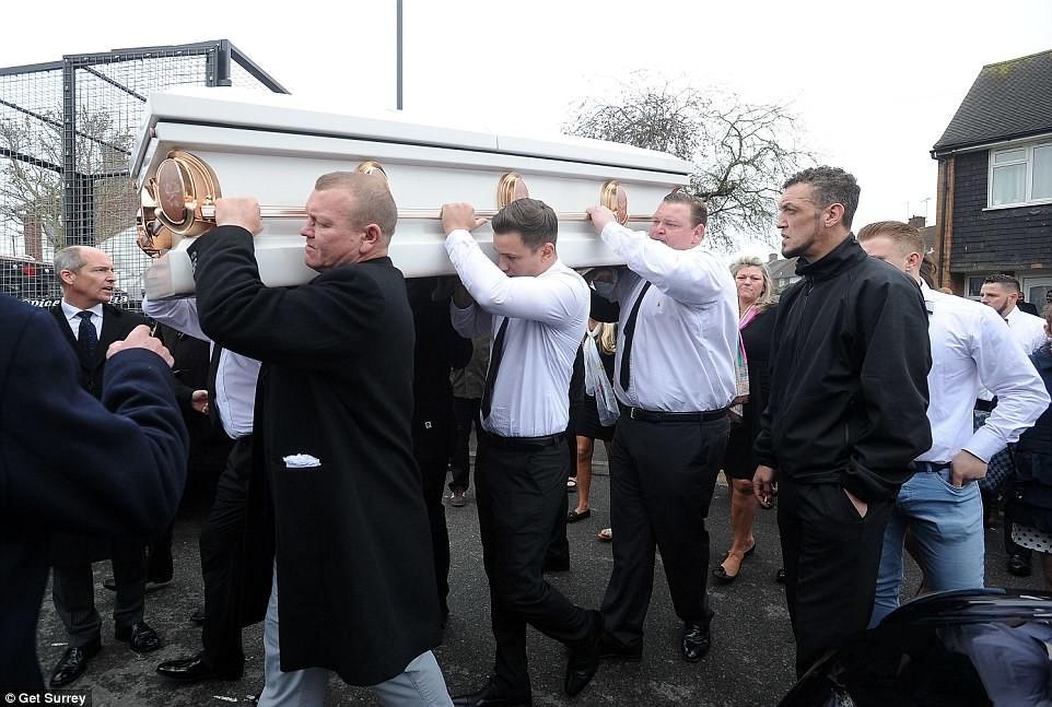 """Похоронний кортеж складався з десяти лімузинів марки """"Мерседес"""", семи вантажівок з фотографіями: Як ховали циганську баронесу"""