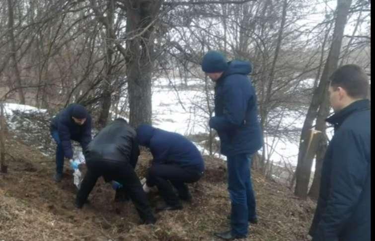 """""""З-під купи землі виднілася людська рука"""": Посеред лісу знайшли порубане жіноче тіло"""