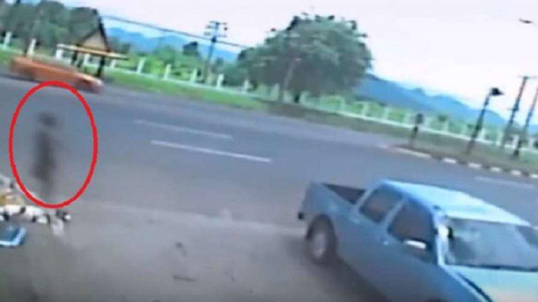 Жахлива ДТП з мотоциклом: Після того як жінка в'їхала в стовп, її душа покинула тіло (ВІДЕО)