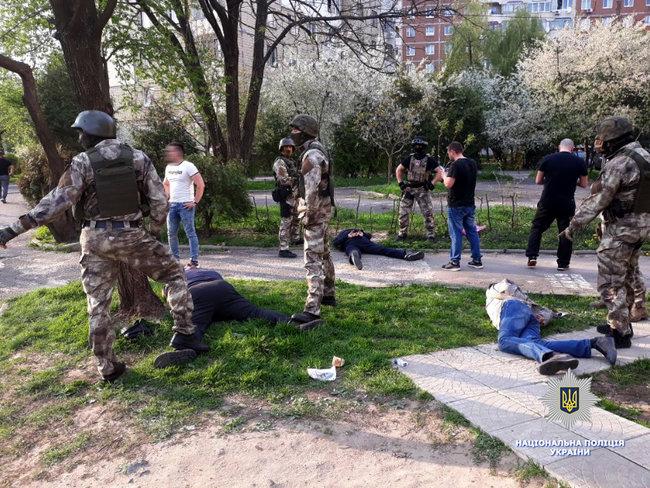 Вимагали 20 тисяч доларів: У Львові затримали групу здирників