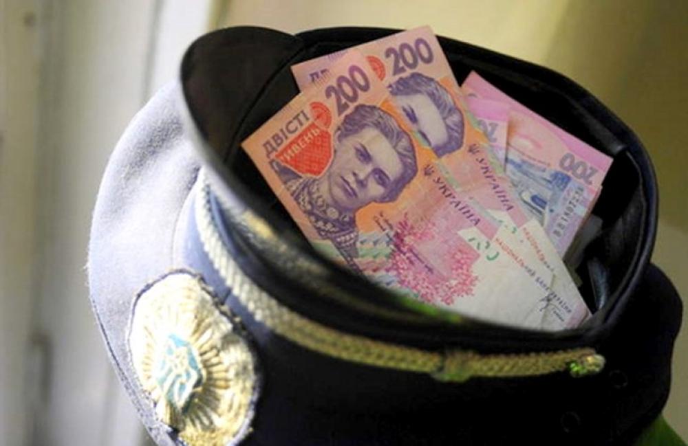 На Чернігівщині затримали на хабарі відразу трьох поліцейських