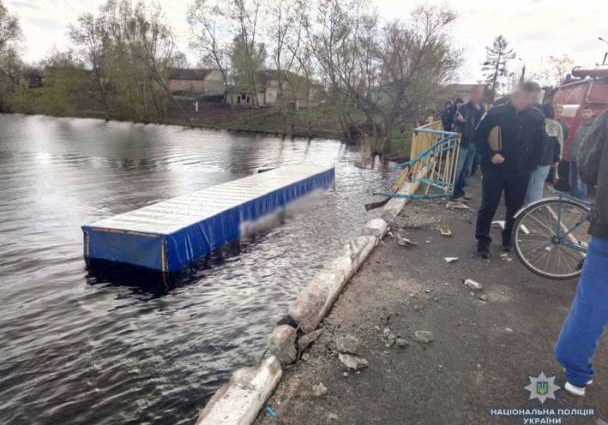 Смертельна ДТП на Чернігівщині: Водій вантажівки збив велосипедистку, вилетів з моста і потонув в річці