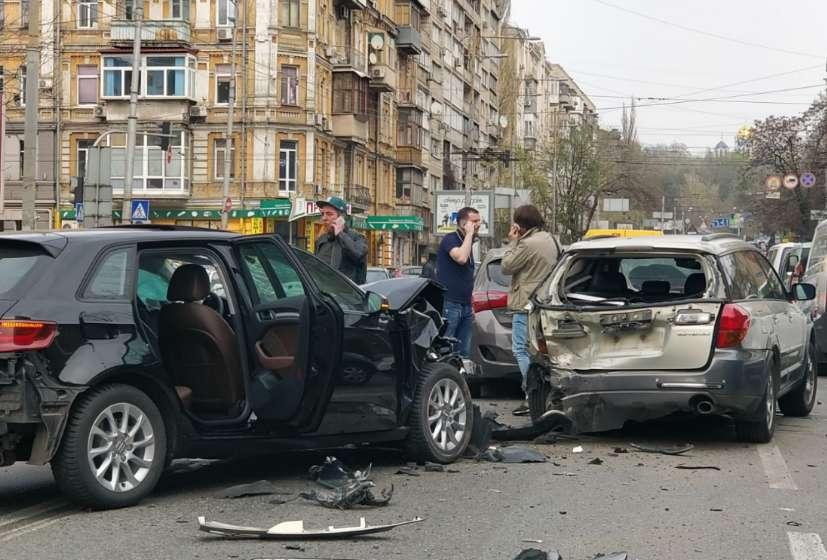Груди металу і калюжі крові: У столиці сталася масштабна ДТП