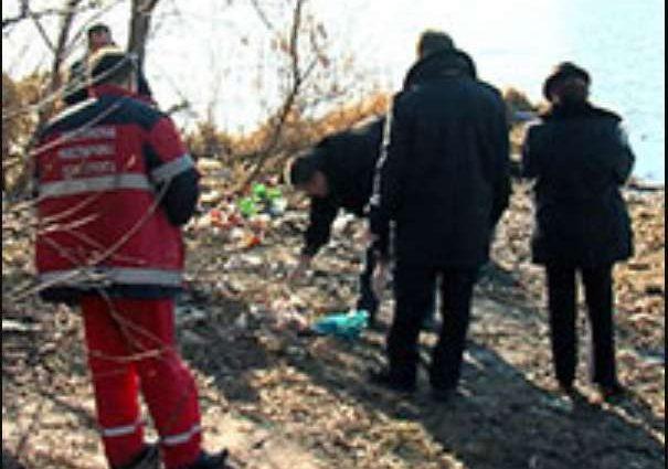 Тіло пролежало у воді дві доби: Місцеві жителі виявили пакет із трупом новонародженої дитини