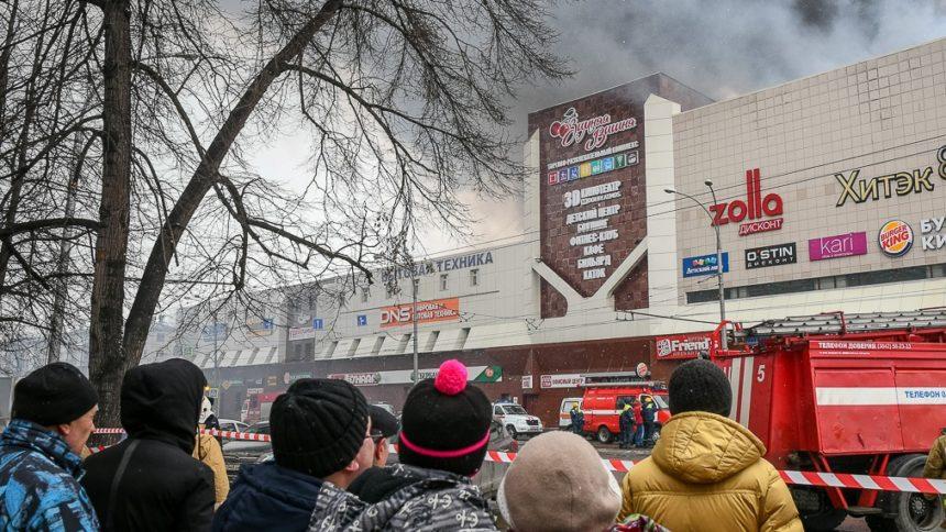"""""""Вони згоріли, а ти врятувалась"""": Дівчинку, яка вижила в пожежі у Кемерово, затравили однокласники"""