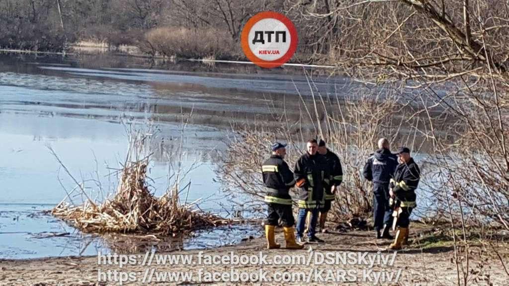 Човен знайшли на дні: У Києві люди попадали в Дніпро