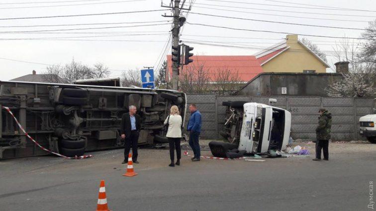 11 чоловік постраждало, серед них дитина: Жахлива ДТП, обидва авто перекинулися