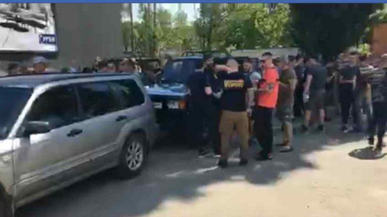 Розлючені активісти зібралися під будинком Льовочкіна: що там відбувається