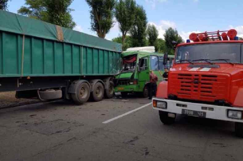 """""""Почав втрачати свідомість та…"""": Маршрутка протаранила вантажівку, 22 постраждалих. Подробиці страшної аварії на Дніпропетровщині"""