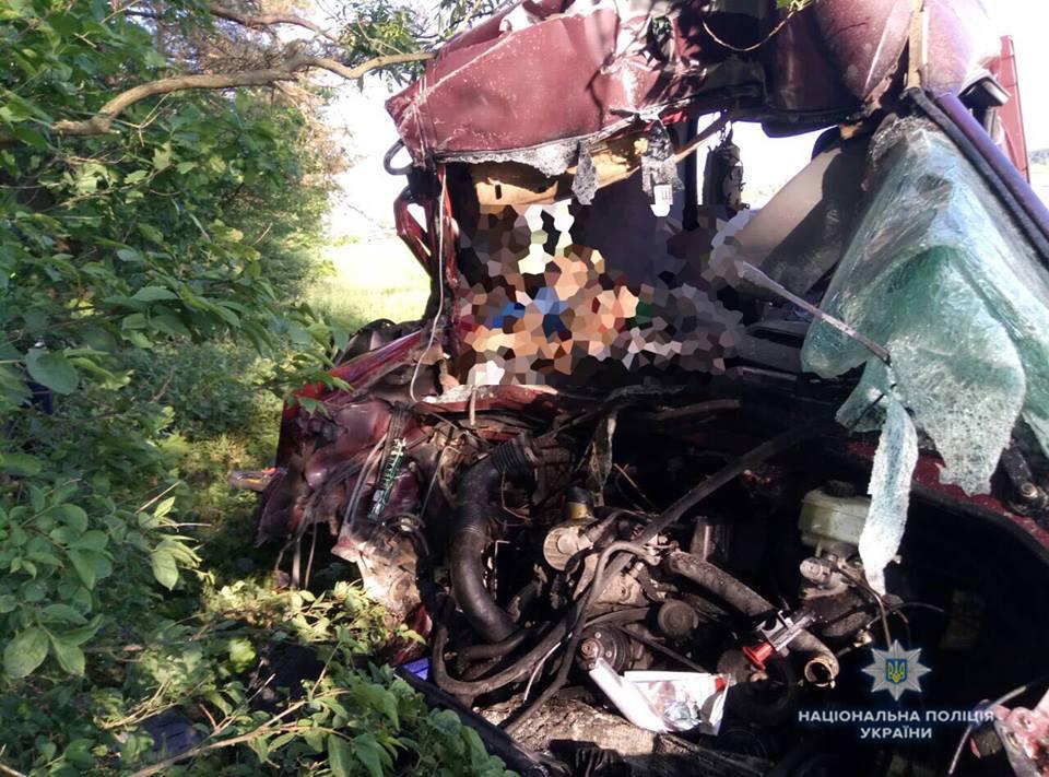 Тіла просто змішало з залізом: 6 людей загинуло в результаті страшної аварії на Львівщині