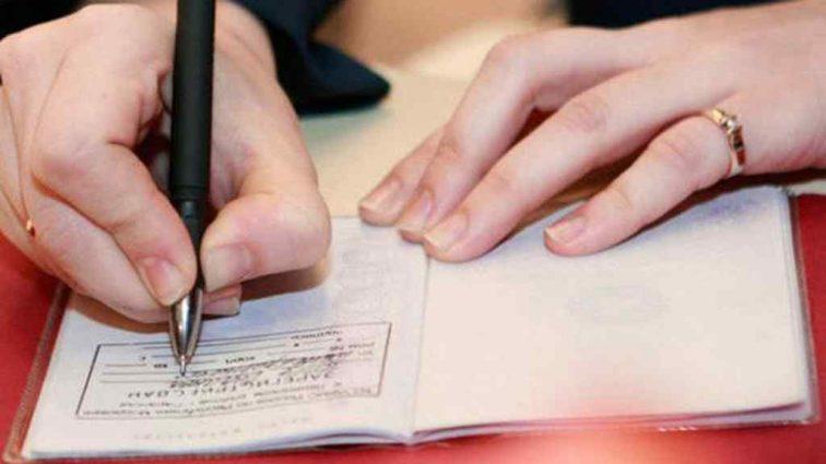 """""""Крім штампу в паспорті, немає жодних…"""": Нові правила """"прописки"""". Що потрібно знати"""