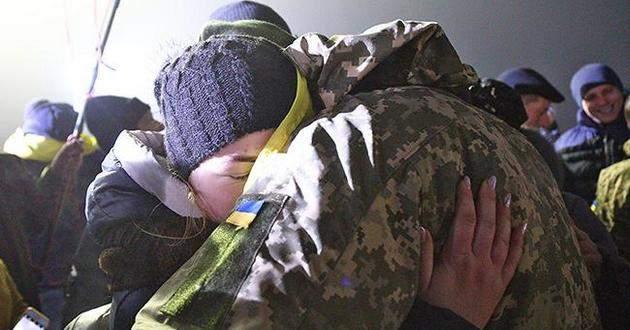 """""""Олечко, у вас під дверима з суботи якийсь хлопець сидить…"""":  Львів'янка рік оплакувала сина -""""атовця"""", а потім отримала повідомлення: """"Мамо, я живий!"""""""