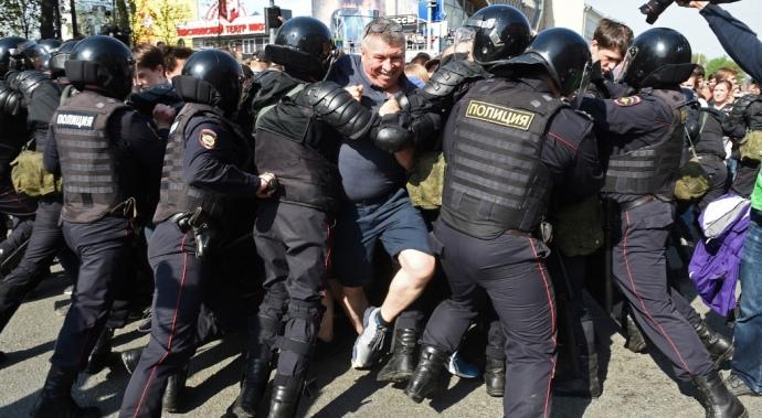 """""""Людей били головою об бетонні плити і били кийками"""": У Росії жорстоко розправляються з мітингувальниками. Вже тисячі затриманих"""