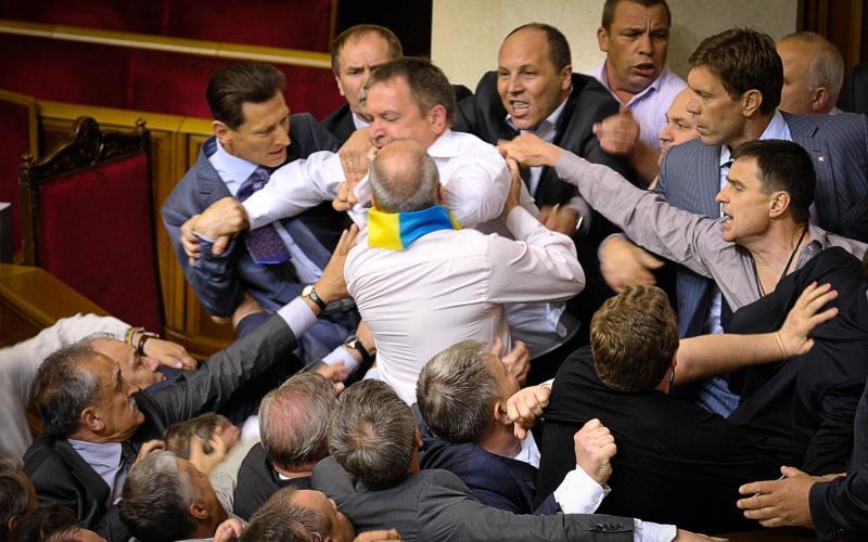 """""""Всі бачили, як на мене зі спини напав…"""": Депутати відверто розповіли про бійки у Верховній Раді"""