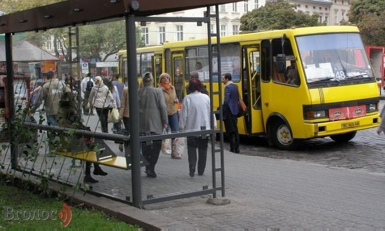За загадкових обставин у львівській маршрутці помер чоловік