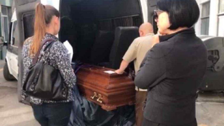 """""""Жінки кричали в істериці і не могли зрозуміти що відбувається…"""": Загиблих моряків привезли в Україну. Чоловіків ховатимуть в закритих трунах (Відео 18+)"""