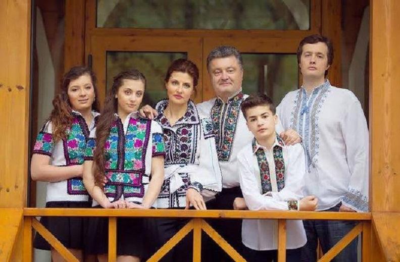 """""""Прощавай школа …"""": У Мережу просочилися фотографії дочок Порошенко з випускного. Тільки подивіться на цих близнят"""