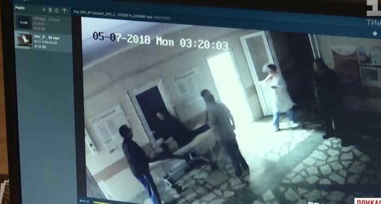 """""""Він зразу почав бити…"""": П'яний родич пацієнтки побив медиків прямо в лікарні"""