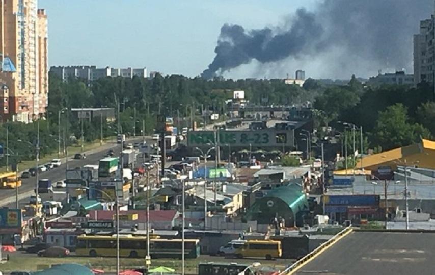 Під Києвом жахлива пожежа: Пожежні досі намагаються погасити вогонь