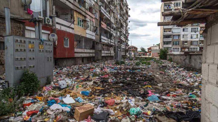 """""""Повибивали вікна, здали все на метал, а зараз втопають у смітті"""": У мережі з'явились моторошні кадри частини міста, яку цигани перетворили на гето"""