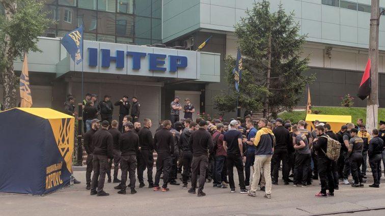 """""""Просто, на*уй, спалити не можна"""": В столиці активісти заблокували студію """"Інтер"""""""