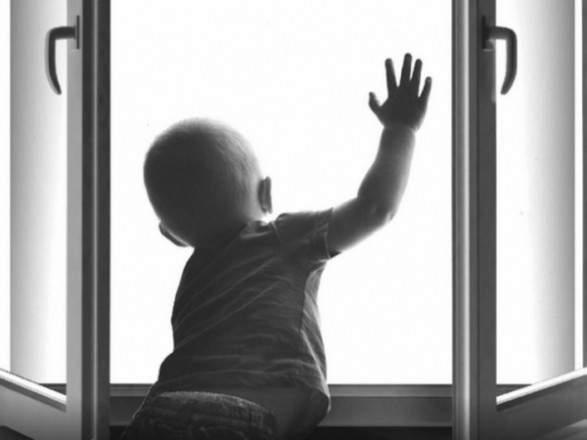 """""""Дитина без нагляду бавилась на підвіконні"""": У Львові з вікна випав 4-річний хлопчик"""