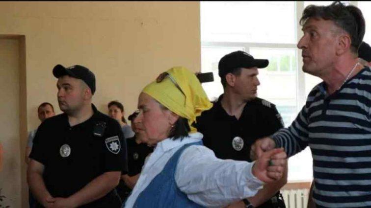 """Гучними скандуваннями і зеленкою у Кропивницькому зустрічали одіозного нардепа від  """"Опоблоку"""""""