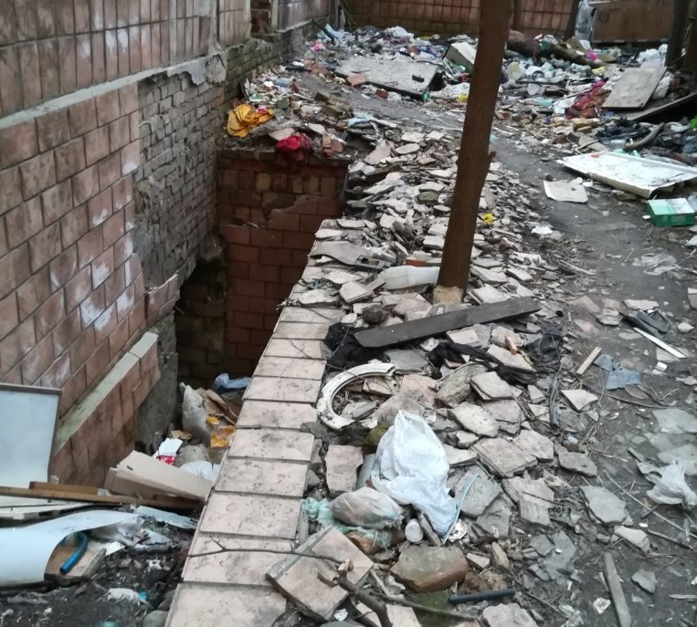 """""""Зруйнували будинок, спалили і винесли все цінне, а навколо …"""": Те, що зробили безпритульні в одному з дворів Києва приголомшило Мережу"""