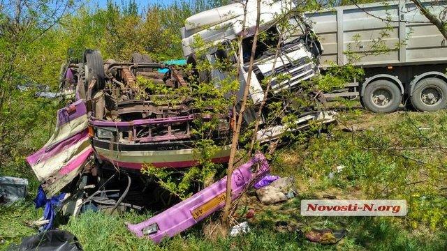 """""""Вилетів на узбіччя, а вантажівку винесло на зустрічну…"""": У масштабній ДТП під Миколаєвом постраждало багато людей"""