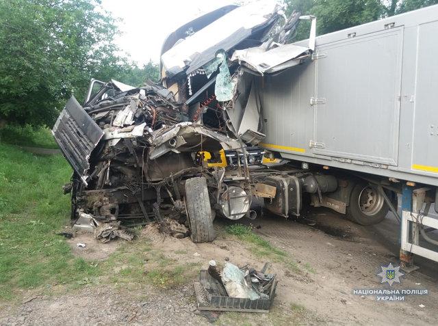Їх затисло в кабіні, що звільняти довелось рятувальникам: На Волині зіткнулися дві вантажівки