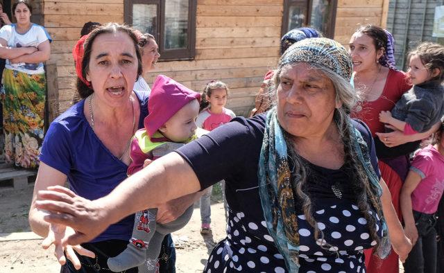 """""""Тримали за шию і відкрито погрожували"""": Оскаженілі роми мучили неповнолітнього хлопчика"""