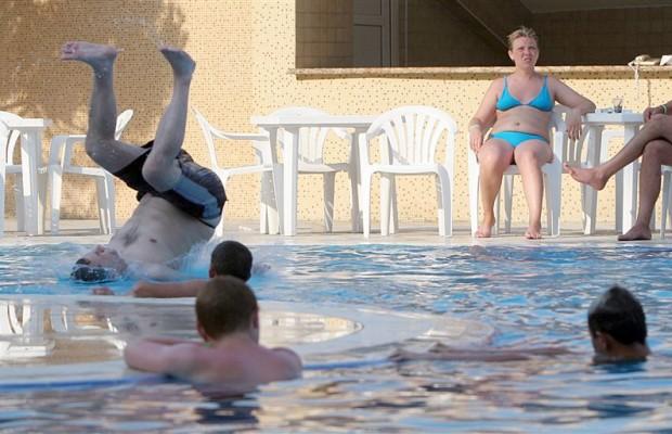 """""""Засипали дно басейну осколками…"""": Російські туристи влаштували справжній шабаш на відомому курорті"""