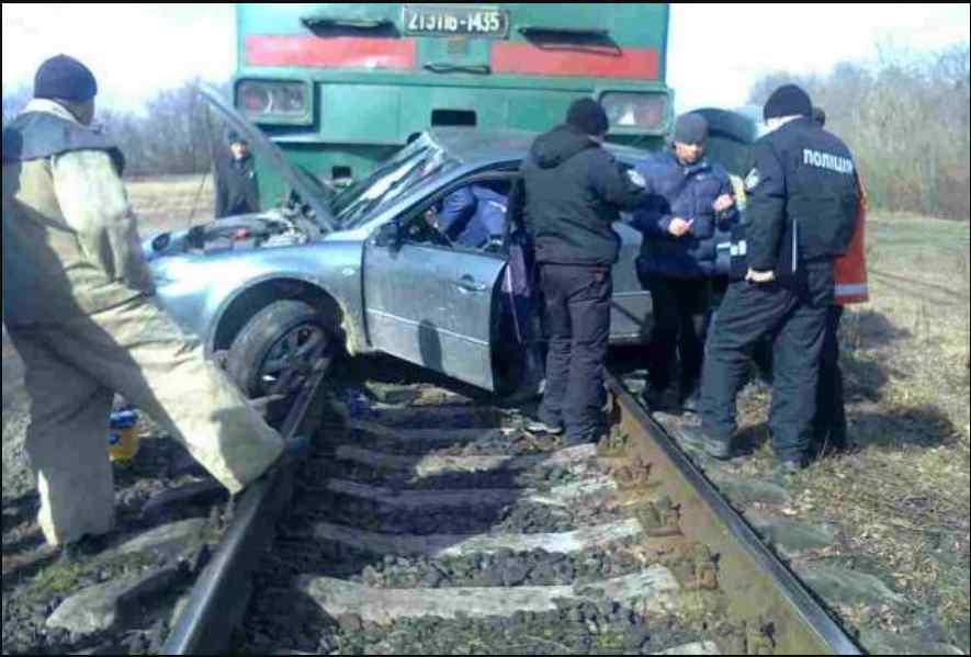"""Пасажирський потяг """"Одеса-Київ"""" зніс на переїзді авто з дітьми, є жертви і загиблі"""