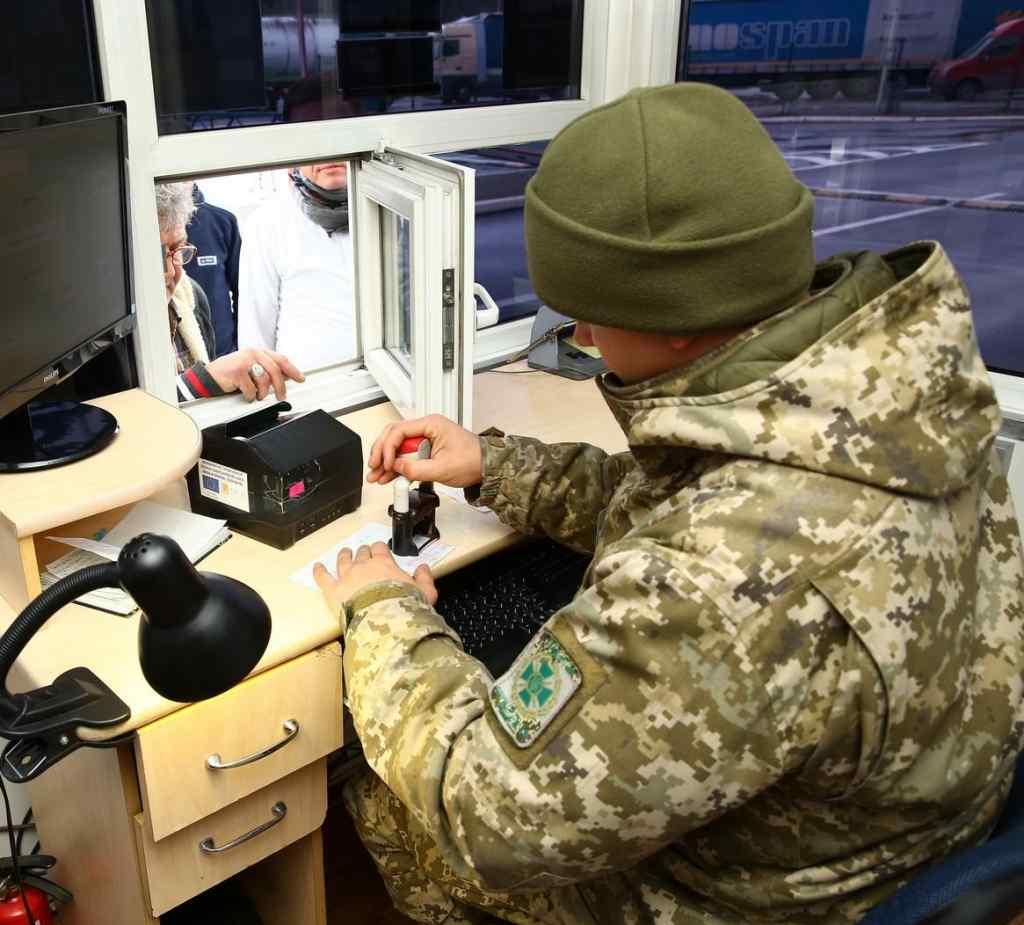 Нововведення від прикордонників: українці платитимуть штрафи прямо на кордоні, дізнайтесь деталі