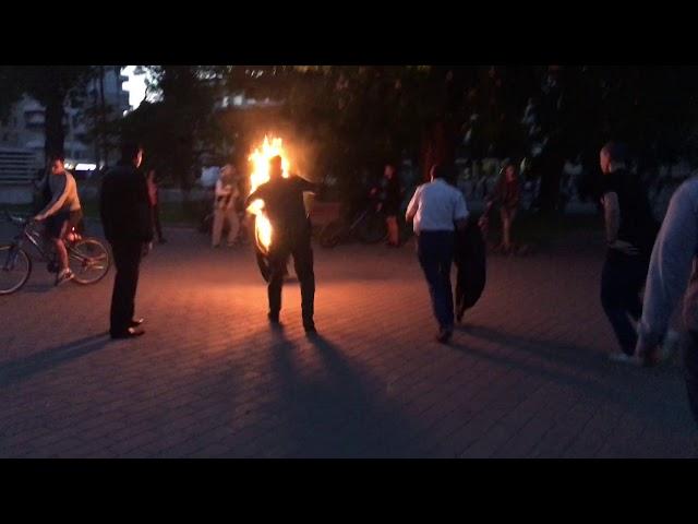 Вилив на себе займисту речовину та підпалив: Чоловік посеред натовпу намагався покінчити з життям