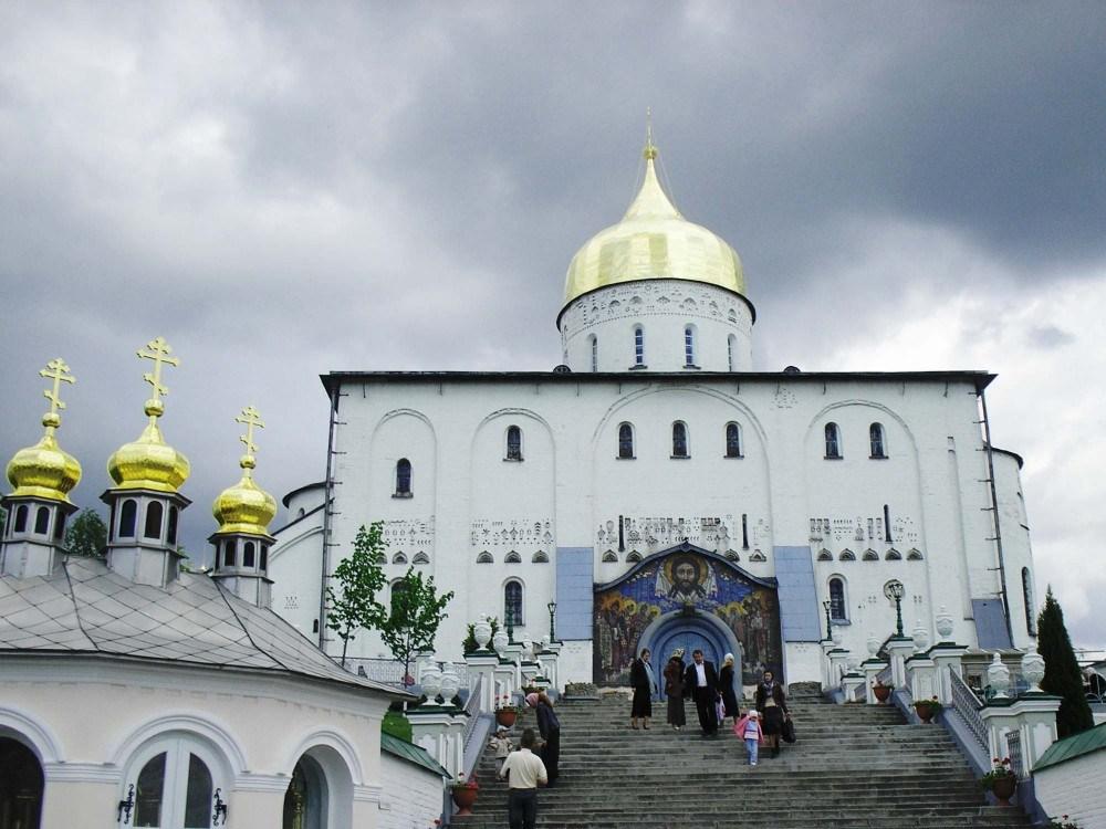 Релігійний скандал у Почаєві: священик відмовився причащати дитину через молитву українською мовою