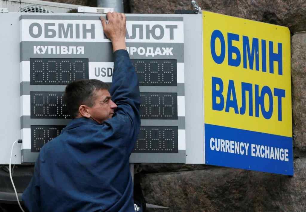 Курс гривні знову б'є рекорди: Що відбувається з доларом в Україні