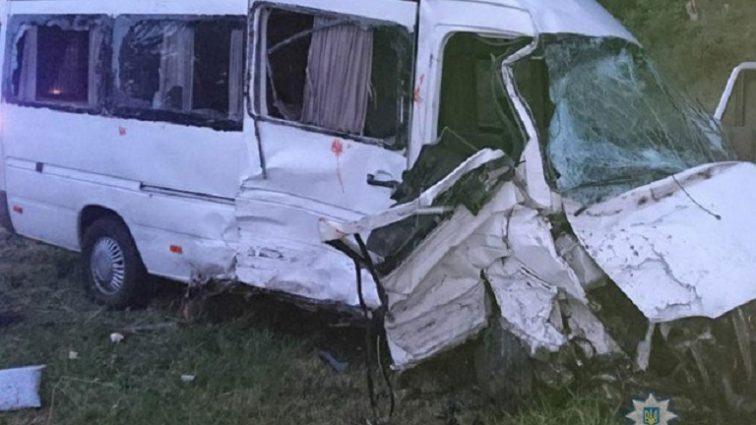 """Водій загинув на місці: На Львівщині """"лоб в лоб"""" зіткнулись два мікроавтобуси, госпіталізовано 9 осіб"""