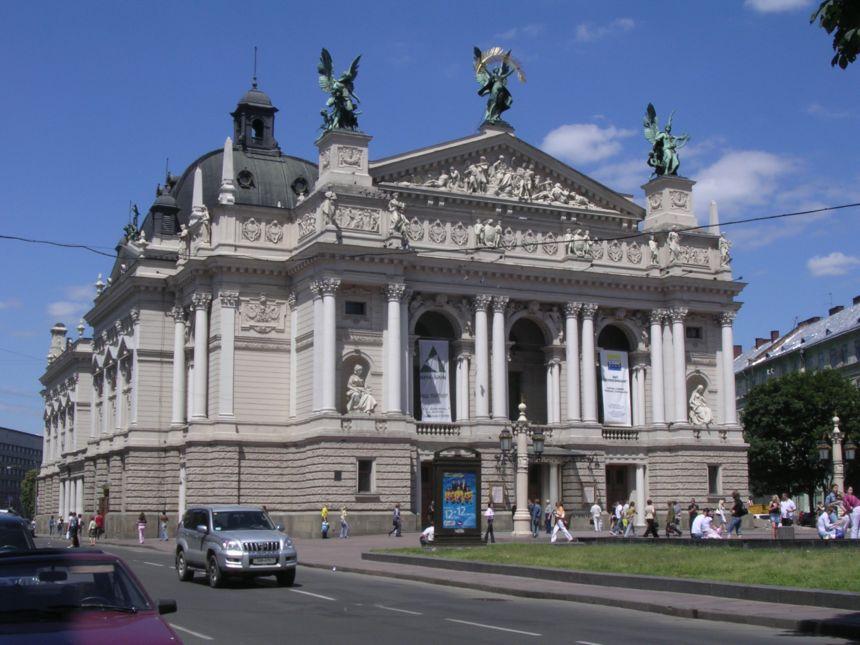 Лише в білизні, у різноманітних позах: Біля Оперного театру зняли пікантну фотосесію