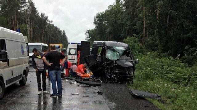 Водій заснув за кермом: На Львівщині внаслідок маштабної ДТП постраждали іноземці, жінка померла на місці